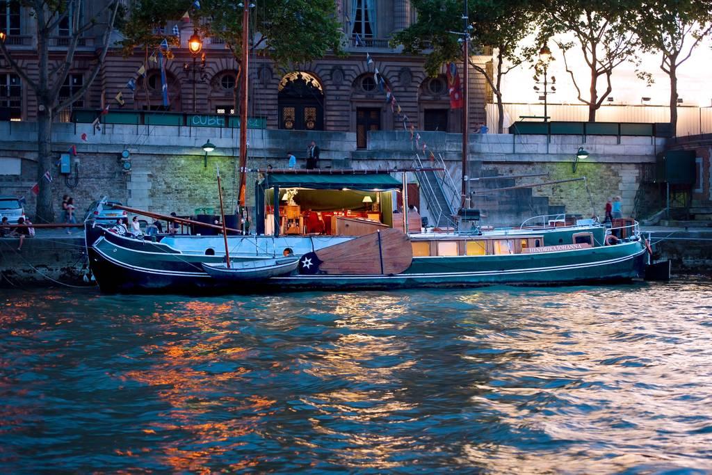 airbnb houseboat on river seine paris